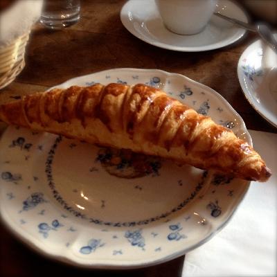 Croissant bei Louise Chérie Café